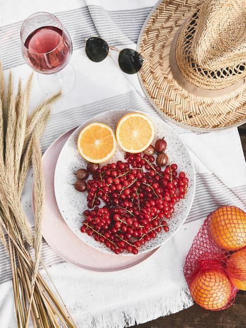 Letni stół z talerzem pełnym owoców