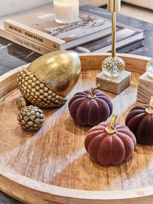 Drewniana taca z dekoracyjną, złotą szyszką oraz materiałowymi dynami