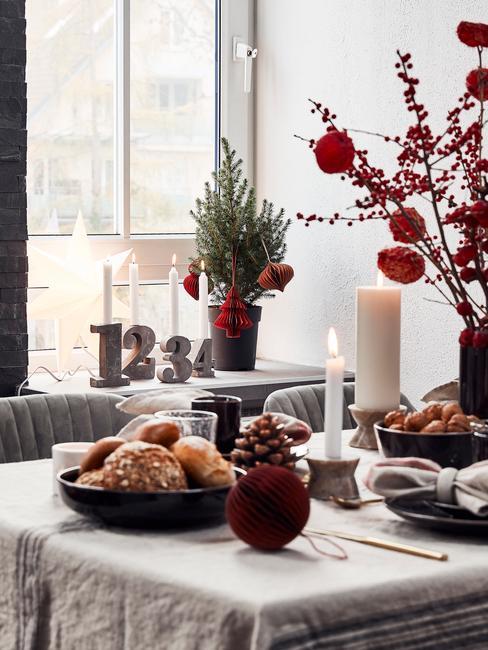 Udekorowana jadalnia choinką oraz zastawionym stołem