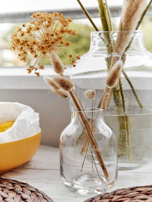 Szklany waon stojący na blacie kuchenny z suszonymi kwiatami