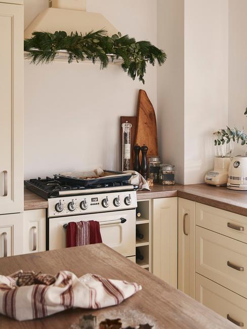 Fragment małej kuchni w białej kolorystyce z dużą ilością szafek