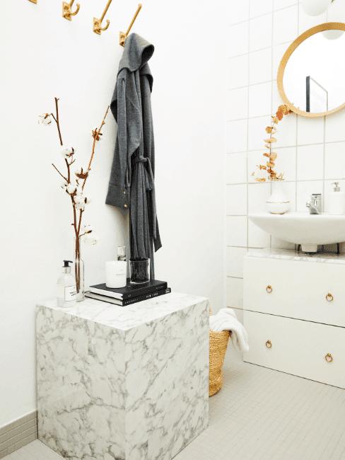 Biała łazienka w marmurze