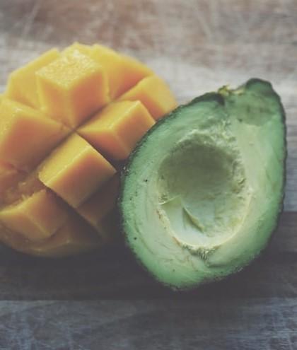 Połowa awokado oraz mango