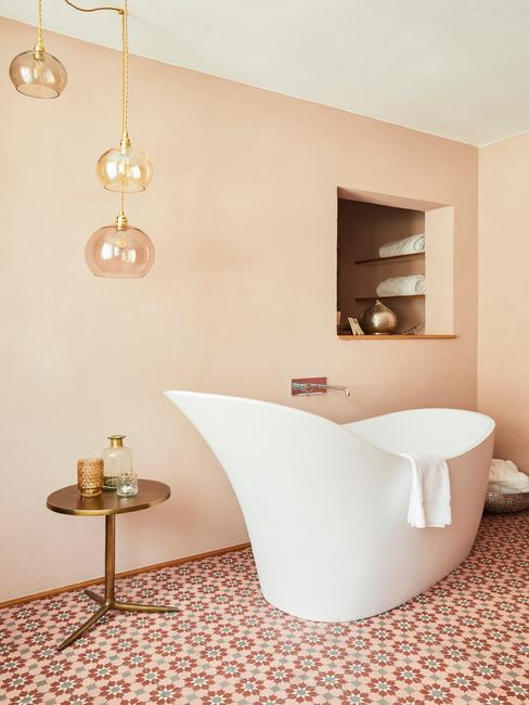 Beżowa łazienka z wolnostojącą wanną i kolorowaymi kafelkami na podłodze