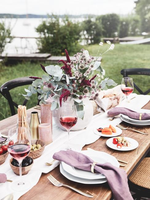 Zastawiony stół w ogrodzie na przyjęcie