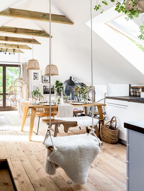 Przestrony salon w stylu rustykalnym z aneksem kuchennym i huśtawką