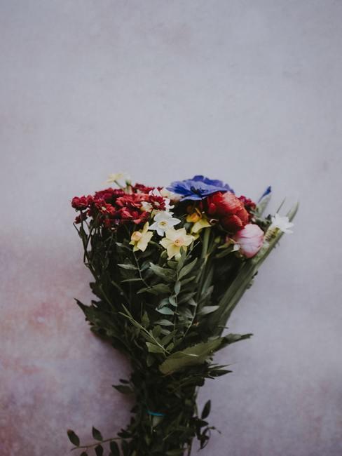Bukiet kwiatów leżący na stole