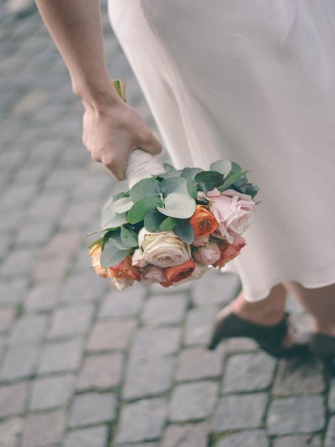 Bukiet ślubny z łososiowymi różami i eukaliptusem