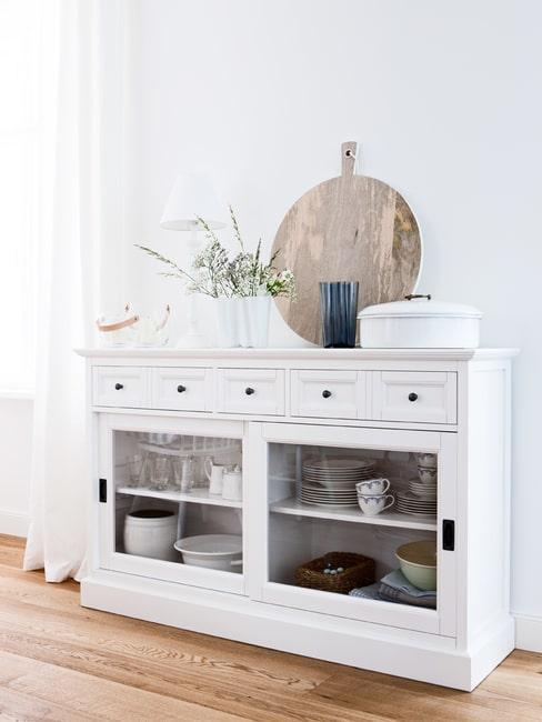 Biała komoda w stylu rustykalnym z funkcją kredensu