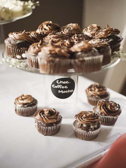 Alternatywny tort zrobiony z czekoladowych babeczek ustawionych na paterze