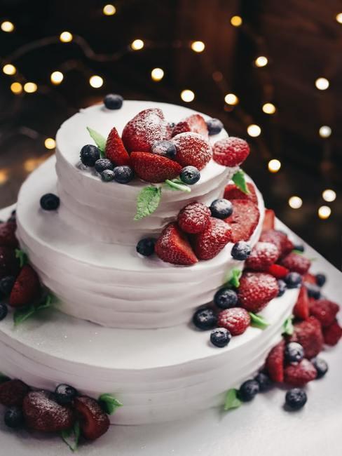 Trzy piętrowy tort udekorowany sezonowymi owocami