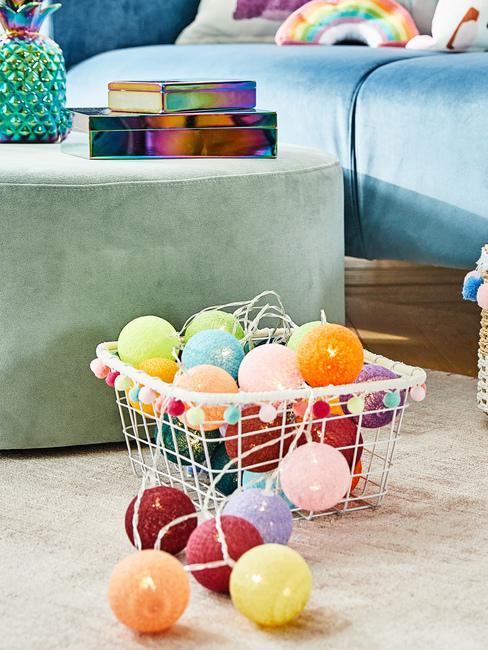 Koszyk w salonie wypełniony kolorowymi lampkami cotton balls