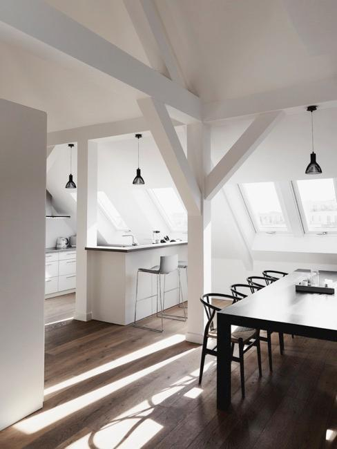Kuchnia połączona z jadalnia a mieszkaniu na poddaszu w minimalistycznym stylu