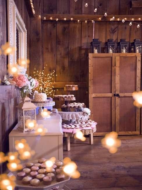 Sala wesela z dekoracjami w stylu rustykalnym: lampiony i drewniane elementy