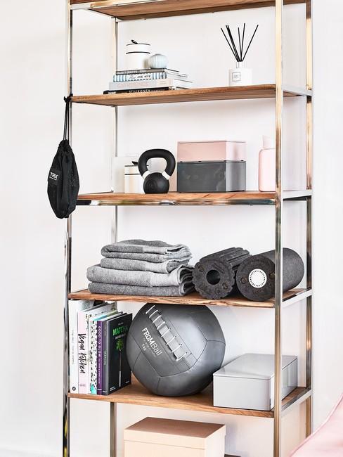 Regał z akcesoriami do ćwiczeń w jasnym pomieszczeniu