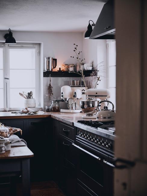 Wąska kuchnia w stylu retro