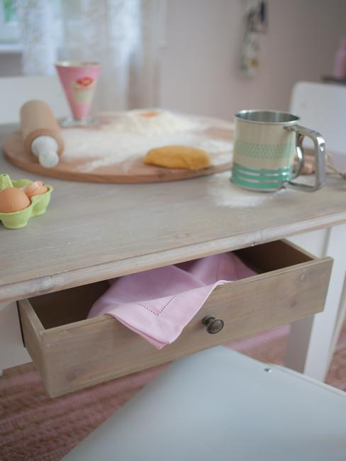 Drewniany stół w kuchni retro