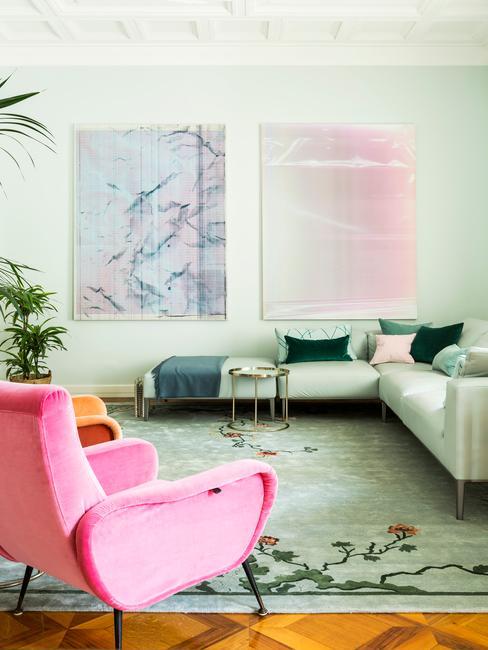 Salon w odcieniach zieleni z narożoną sofa i podszkami oraz różmowym fotelem