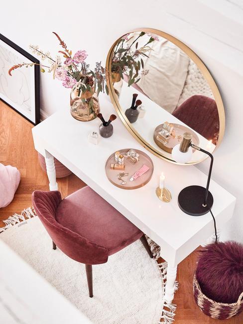 Fragment sypialni z toaletką, różorym krzesłem oraz fioletowy pufem