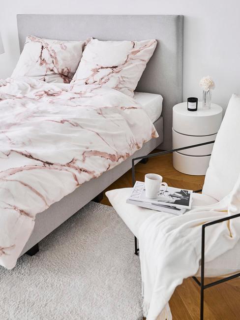 Szara sypialnia z elementami millennial pink w postaci dodatków