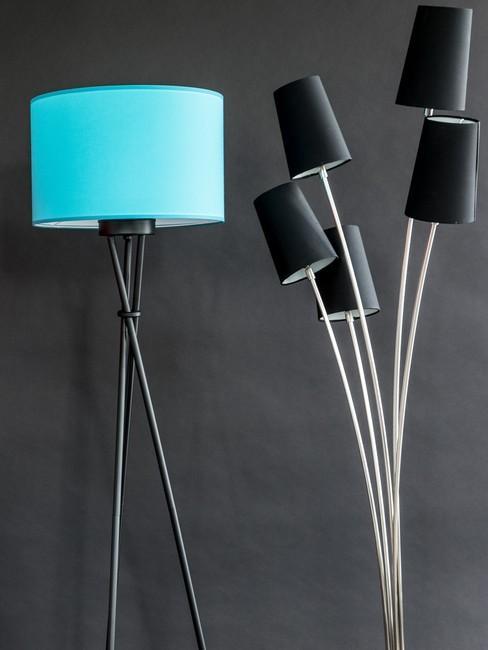 Ściana w salonie z czarną i turkusową lampą