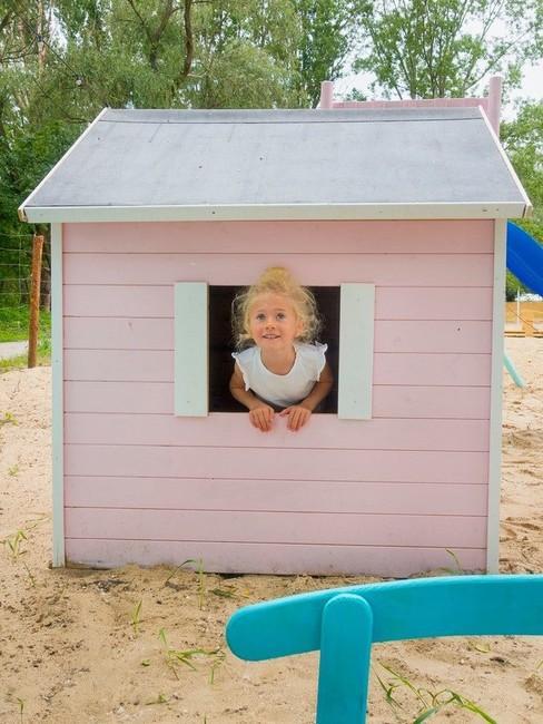 Córeczka autorki bloga Moi Mili w różwym domku do zabawy
