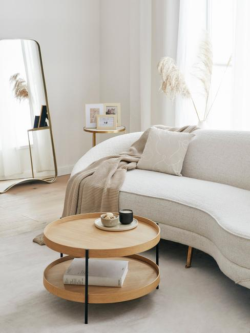 Biały salon z białymi dekoracjami