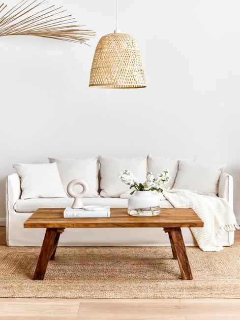 Salon z jasną sofą, drewnianym stolikiem i dywanem z juty