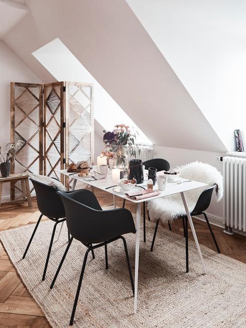 Jadalnia z dywanem, stołem, krzesłami oraz parawanem