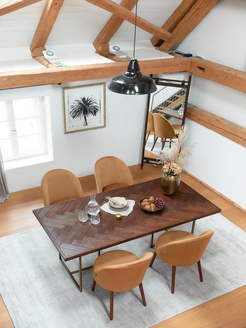 Rustykalna jadalnia w duńskim designie z drewnianym stołem oraz skórzanymi krzesłami