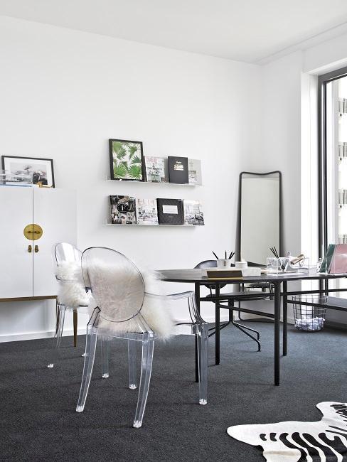 Białe biurko z czarnym biurkiem, półkami z książkami oraz stojącym lustem w kącie