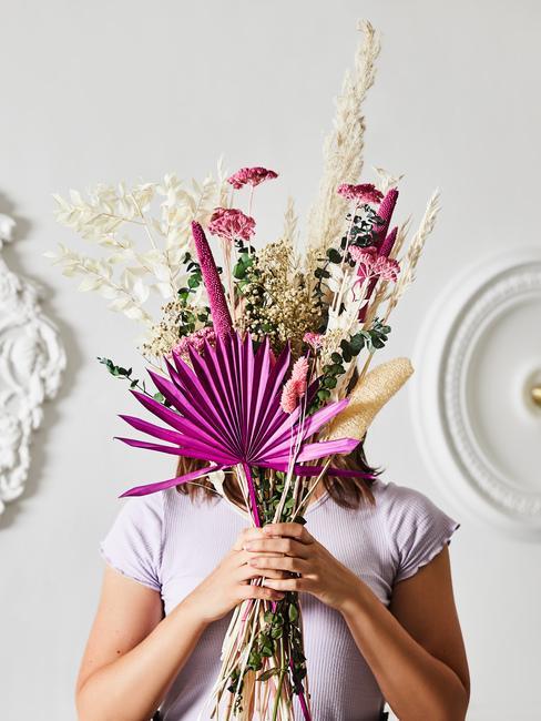 Dziewczyna trzymająca bukiet suszonych kwiatów