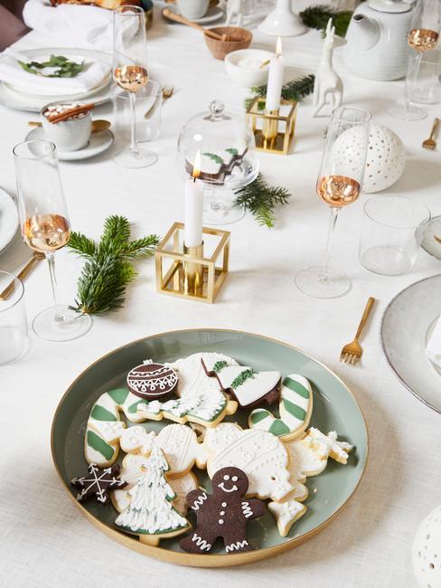 Zielony talerz z pierniczkami na stole wigilijnym