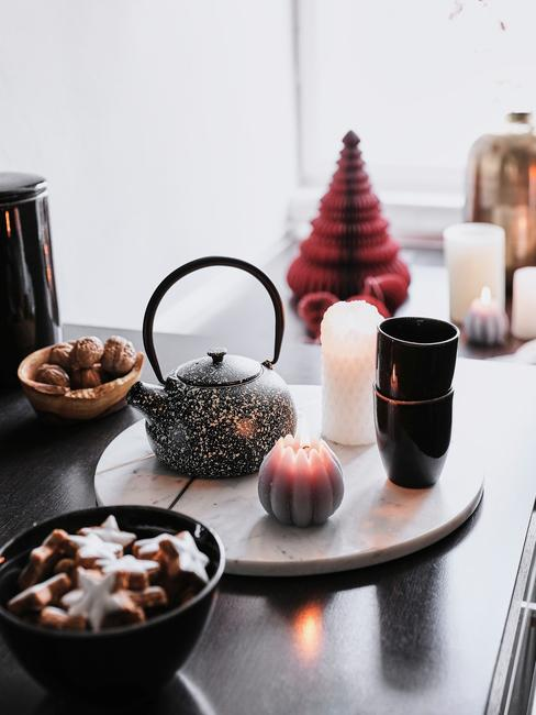 Czarny blat z dekoracyjami świątecznymi