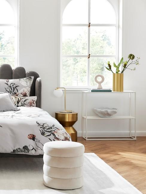 Półka w jasnej sypialni