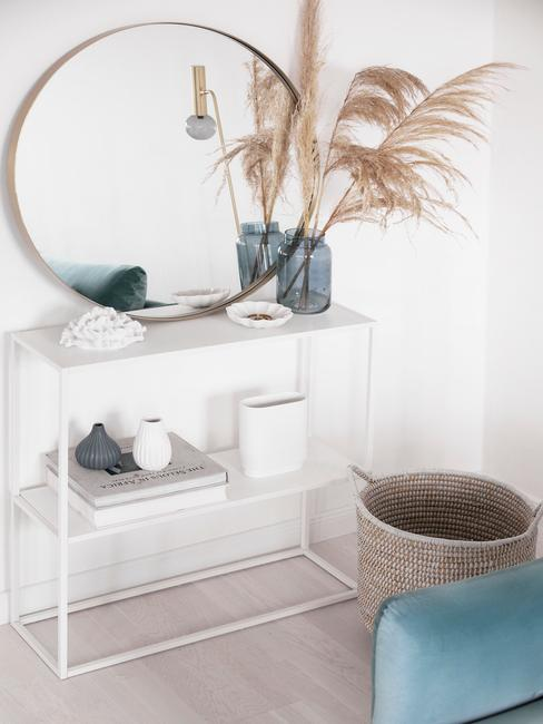 Biała otwarta półka z niebieskimi wazonami, trawą pampasową i listrem