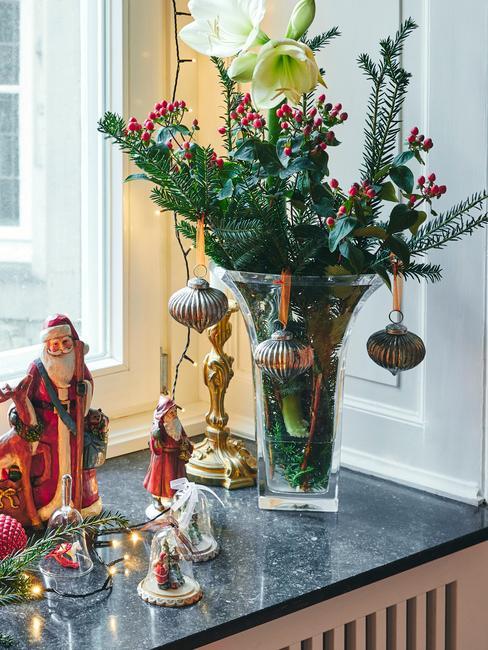 Wazon ze świątecznym bukietem z gałązek świerku, bombek