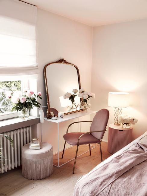 Fragment sypialni z loatetką, lustrem, krzesłem i dwoma pufami