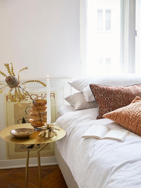 Biała sypialnia w stylu glam z kolorowymi poduszkami