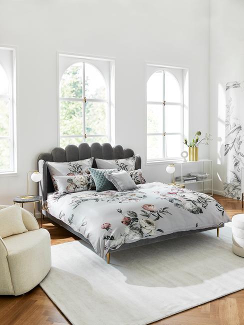 Biała sypialnia z łożkiem o szarym zagłówku