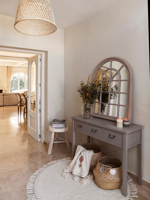 Korytarz wejściowy do domu z szarą szafą, lustrem oraz stoliczkiem
