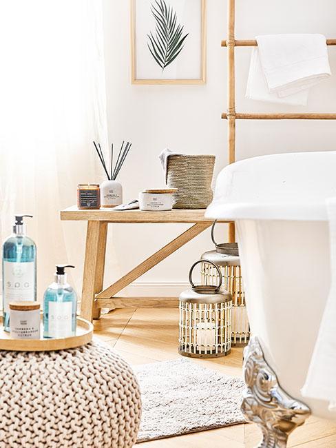 Łazienka ze stołkiem z jasnego drewna