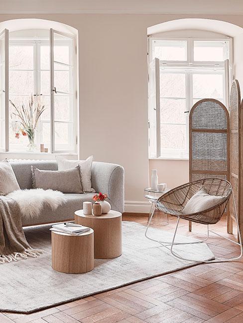 Jasny salon z szarą sofą i drewnianymi meblami