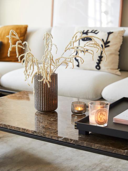 zbliżenie na stół z wazonem z suszonymi kwiatami, czarną tacą dekoracyjną i śiweczkami