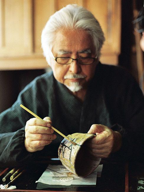 Japoński mistrz naprawia miskę metodą kintsugi