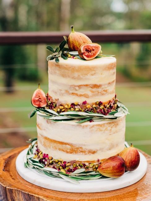 Ciasto w stylu naked cake z dekoracją z owoców figi