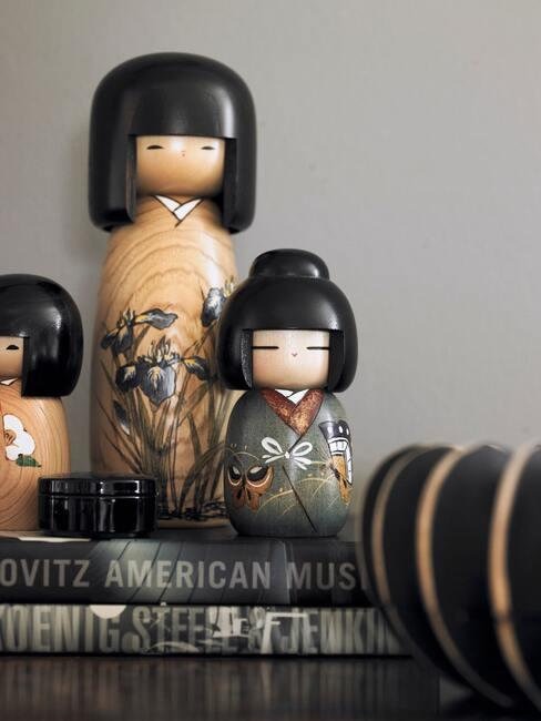 Japońskie laleczki ustawione na czarnym biurku