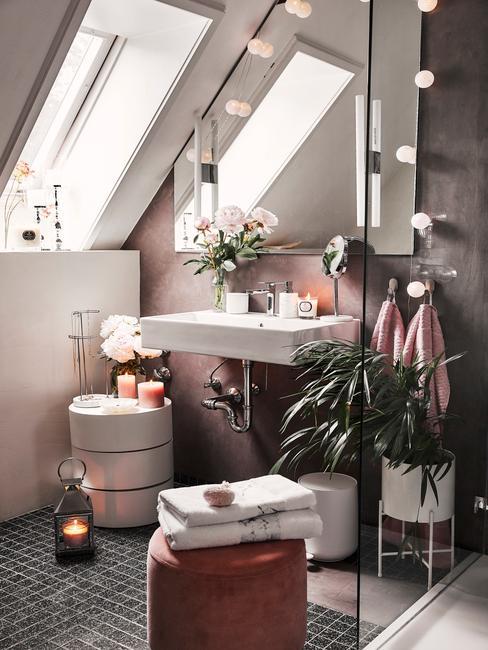 łazienka na poddaszu z białym stoliczkiem pomocniczym, prycznicem oraz lustrem