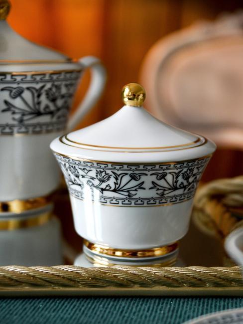 Cukierniczka z białej porcelany z delikatnym czarnym wzorem i złotym ornamentem