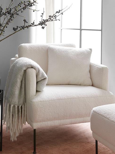 Biały fotel z bouclé